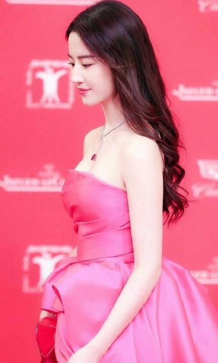 刘亦菲的锁骨终于营业了,当她穿礼服的时候,这锁骨我羡慕哭了!